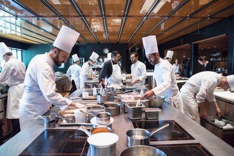 متوفر لدينا من المغرب طاقم شامل ومتكامل للعمل بالفنادق والمطاعم وكوفي شوب