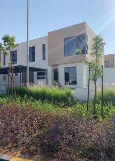 فيلا 4 غرف نوم وصالة وغرفة خادمة للبيع في الشارقة ب مليون و940 ألف درهم فقط