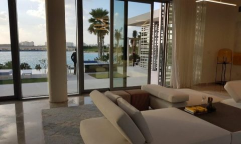 تملك فيلا فاخرة قرب شاطئ بحيرة في دبي بدفعة أولى 65 ألف درهم