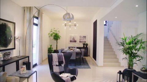 فيلا زاوية للبيع في الشارقة ثلاث غرف نوم صالة وغرفة خادمة وتراس كبير