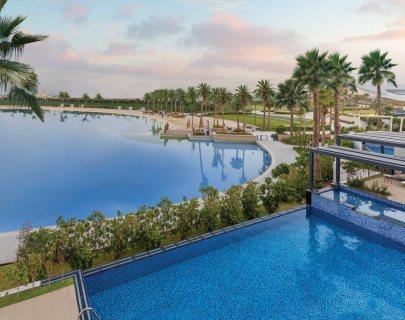 فيلا 4 غرف نوم وغرفة خادمة وتراس جوار البحيرة الكريستالية الزرقاء في دبي