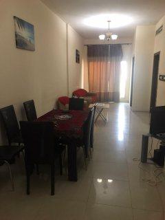 للايجار شقة مفروشة بالشارقة غرفة وصالة فرش جيد وتكييف وغاز مركزي
