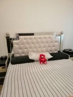 للايجار شقة مفروشة بالشارقة غرفة وصالة فرش جيد تكييف وغاز مركزي