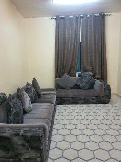 للايجار شقة مفروشة بالقاسمية الشارقة غرفتين وصالة فرش جيد