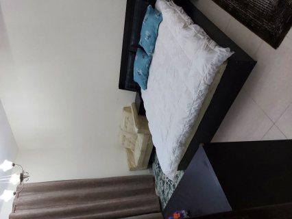 شقة غرفتين وصالة بها بلاكونه علي شارع رئسي في النعيمية 1 مقابل أسواق الامارات