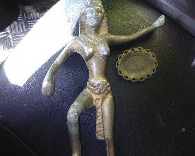 تمثال وصينية  يعودان للعهد الفرعوني