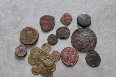 قطع نقدية قديمة من عصور مختلفة