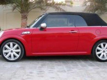 سيارة ميني كوبر أحمر مكشوفة ذات سقف لين