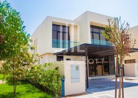 فيلا 4 غرف وغرفة خادمة في دبي بمنطقة المرابع العربية داخل مجمع مخدم تقسيط