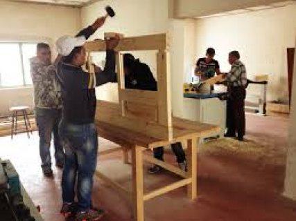 يتوفر لدينا نجارين خشب من الجنسية المغربية