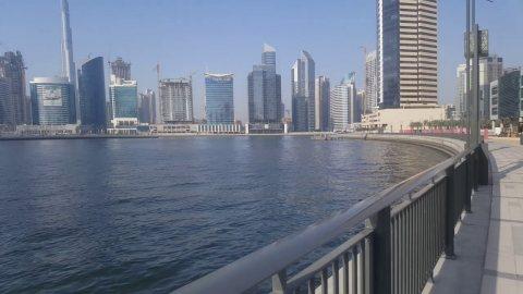 للبيع في دبي بمنطقة الخليج التجاري تملك شقتك باطلالة مباشرة علي قناة دبي المائية