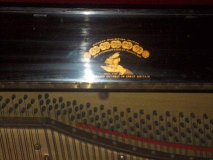 بيانو نادر جدا يرجع الى بدايات القرن ال19 بحاله ممتازه