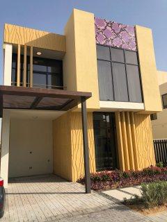 فيلا 3 غرف بقلب دبي بأجمل الاطلالات الخلابة علي ملاعب الجولف تقسيط مريح