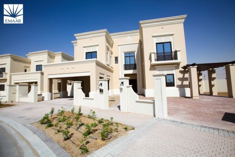 فيلا 4 غرف وغرفة خادمة بقلب دبي مقابل القرية العالمية من اعمار تقسيط