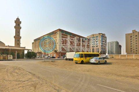 للبيع مجمع 6 فلل فخم علي شارعين في مدينه محمد بن زايد