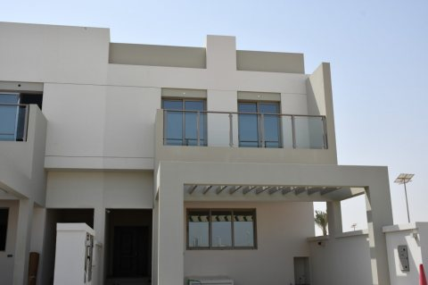 MOVE IN NOW TO A SPACIOUS 4&5 BEDROOM VILLA