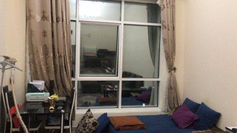 للايجار شقة مفروشة بالشارقة التعاون غرفة وصالة فرش جيد بناية نظيفة
